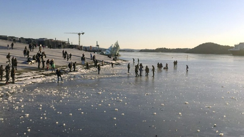 People moved out on the ice