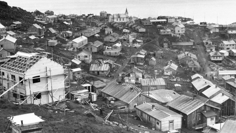 Honningsvåg from 1947. The church stood again as the only building after the war.