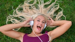 More and more pay to buy music online