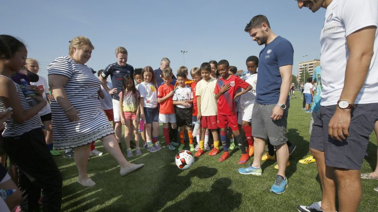 Prime Minister Erna Solberg open football tournament 'Colorful football ""
