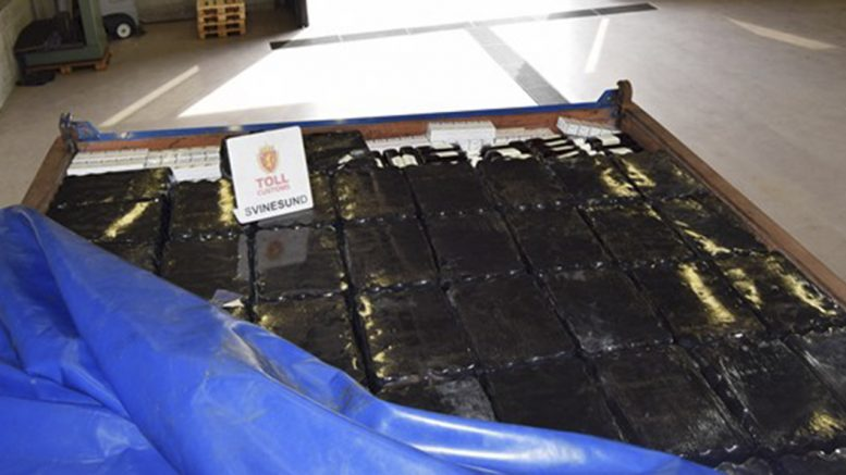 A truck with 12,500 liters of alcohol and 49200 cigarettes in cargo was stopped at Svinesund