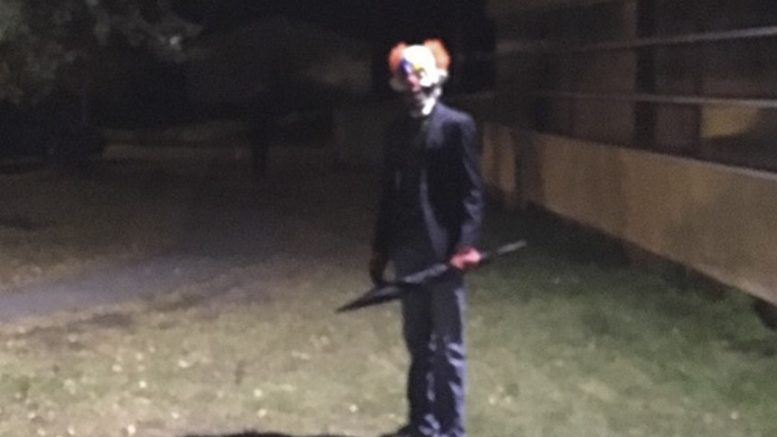 Two young boys with clown mask has scared several in Rønvik.