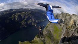 Base Jumping cliff kjerag accident