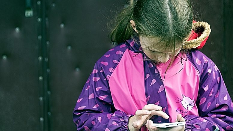 Girl with mobile Vipps